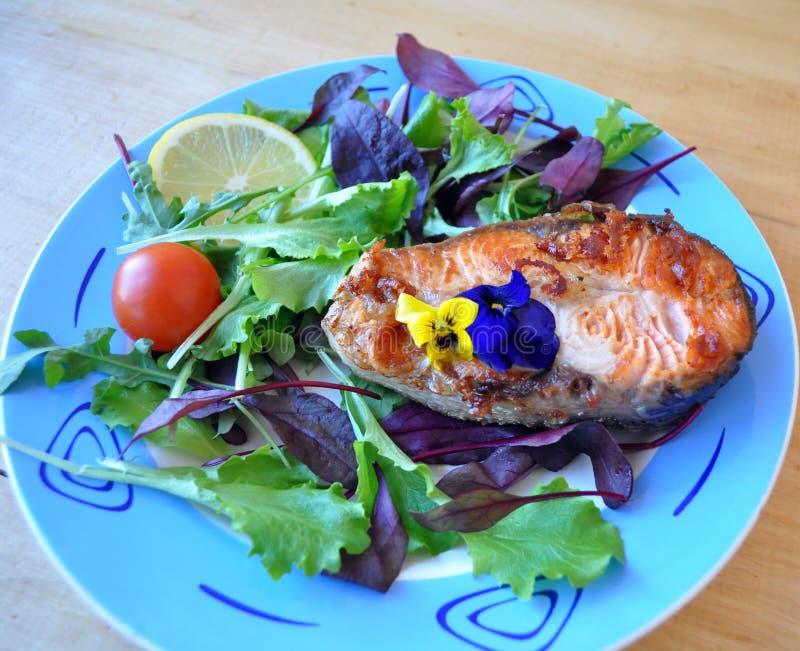 Dos pedazos de pescados frescos con la salsa del limón y de soja foto de archivo