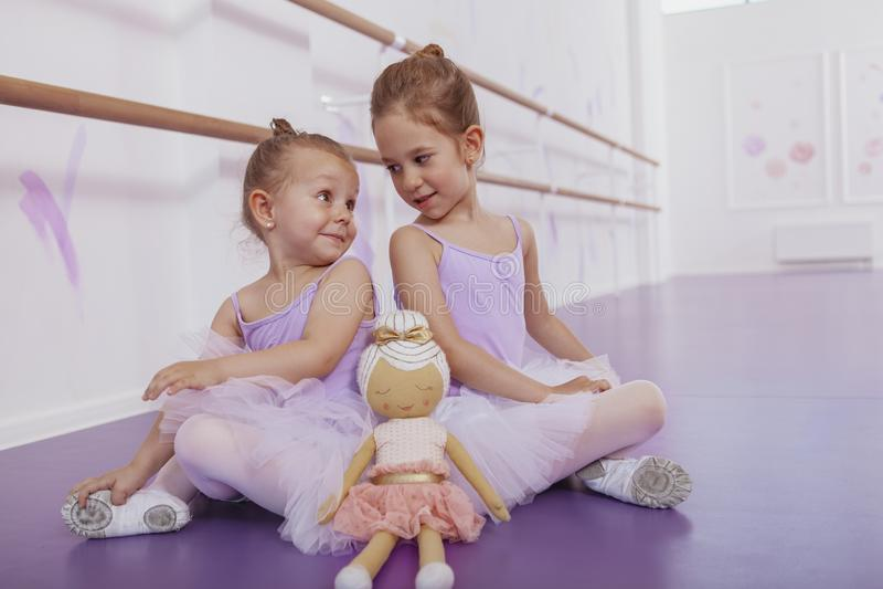 Dos pequeñas bailarinas adorables en la clase de danza fotos de archivo libres de regalías