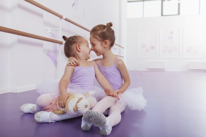 Dos pequeñas bailarinas adorables en la clase de danza fotografía de archivo