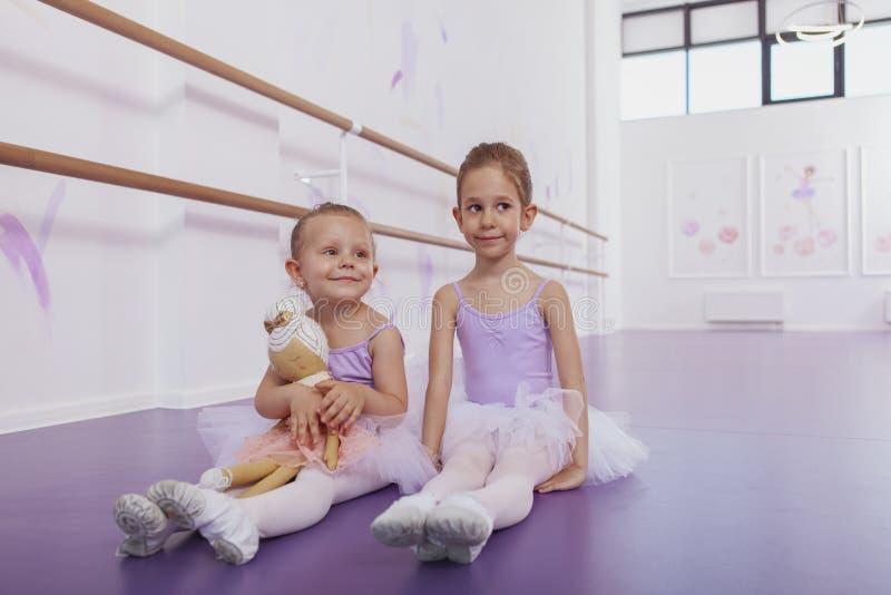 Dos pequeñas bailarinas adorables en la clase de danza foto de archivo