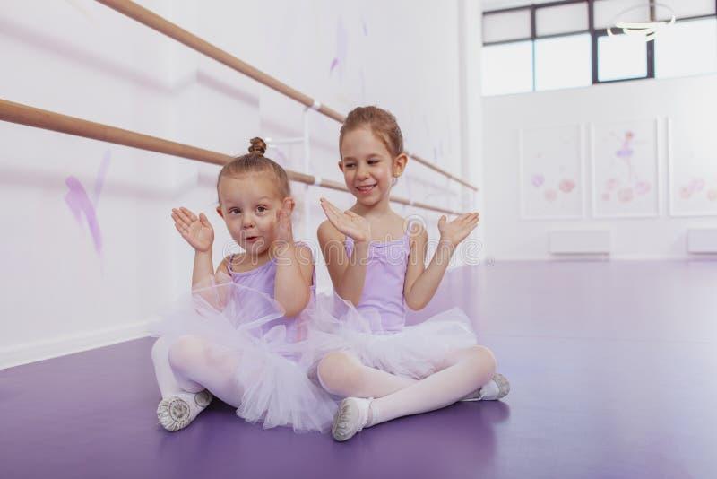 Dos pequeñas bailarinas adorables en la clase de danza foto de archivo libre de regalías