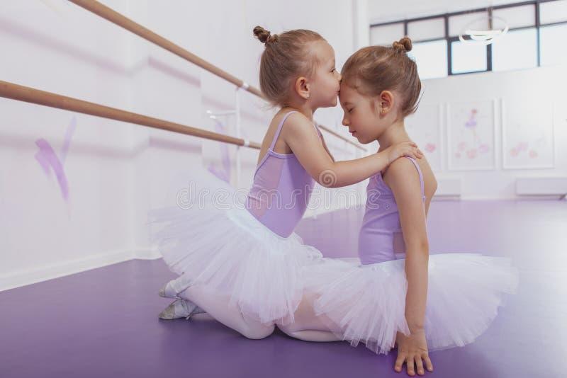 Dos pequeñas bailarinas adorables en la clase de danza imágenes de archivo libres de regalías