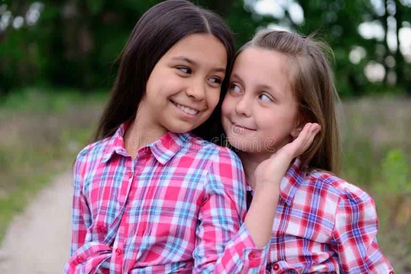 Dos pequeñas hermanas lindas imagen de archivo libre de regalías