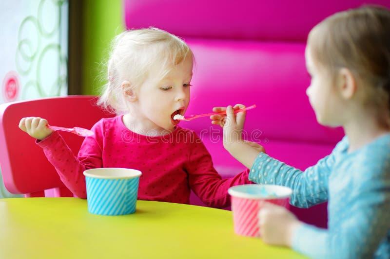 Download Dos Pequeñas Hermanas Lindas Que Comen El Helado Junto Imagen de archivo - Imagen de goce, cómodo: 42443297