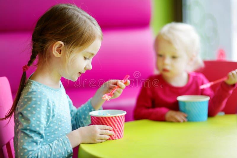 Download Dos Pequeñas Hermanas Lindas Que Comen El Helado Junto Foto de archivo - Imagen de amigo, diversión: 42443386