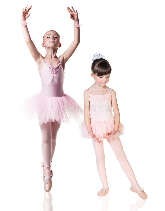 Dos pequeñas muchachas de la bailarina practicadas imagen de archivo
