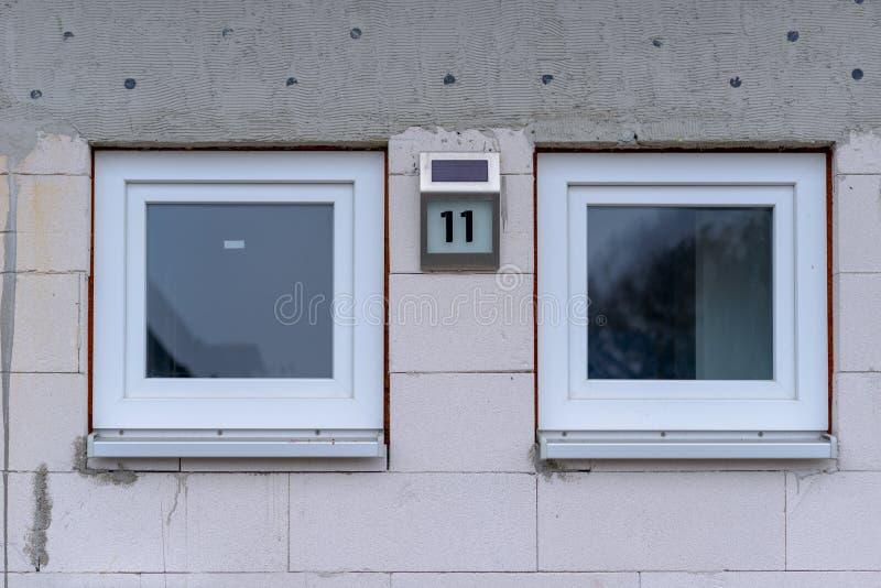 Dos pequeñas ventanas cuadradas idénticas imágenes de archivo libres de regalías