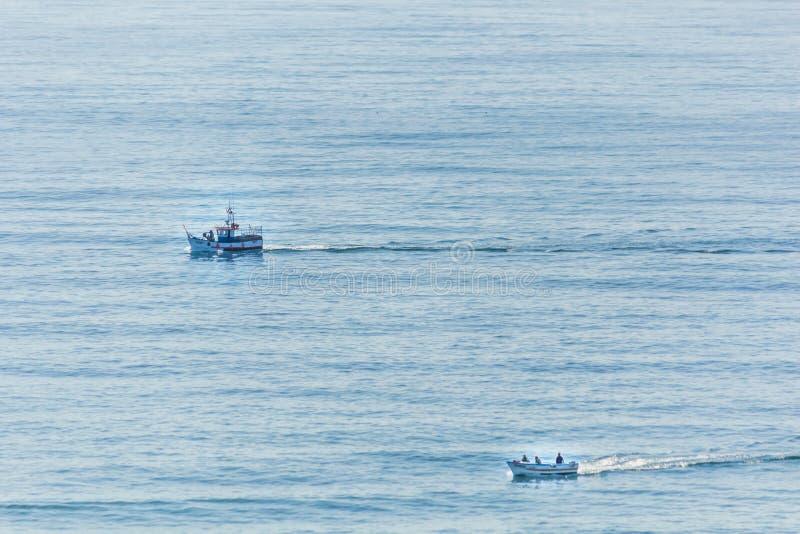 Dos pequeños barcos de motor que navegan en el Océano Atlántico Lagos, puerto fotos de archivo libres de regalías