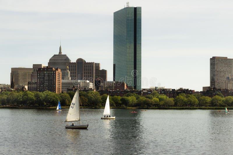 Dos pequeños barcos del metal que navegan cerca de una ciudad en un día soleado imagen de archivo libre de regalías