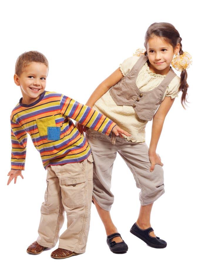 Dos pequeños niños divertidos que se unen fotografía de archivo