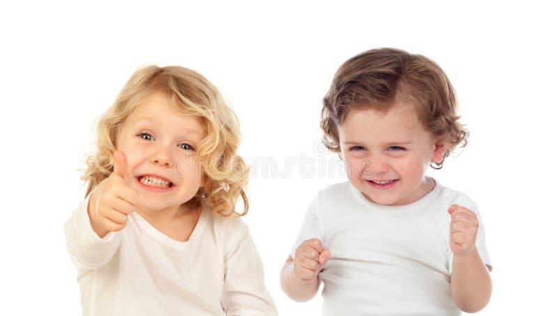 Dos pequeños niños felices que dicen muy bien y que ríen fotografía de archivo libre de regalías
