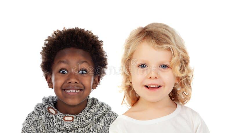 Dos pequeños niños que cubren sus bocas imágenes de archivo libres de regalías