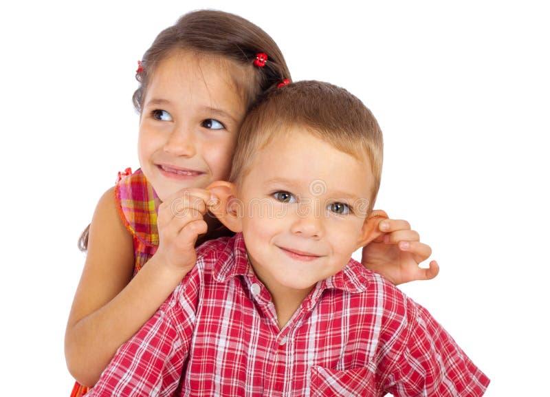 Dos pequeños niños sonrientes divertidos foto de archivo libre de regalías