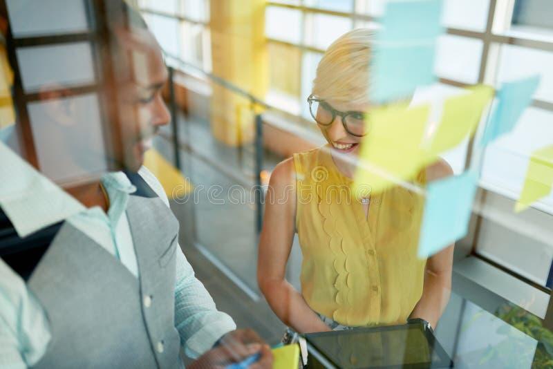 Dos pequeños propietarios de negocio millenial creativos que trabajan en la medios reunión de reflexión social de la estrategia u imagenes de archivo