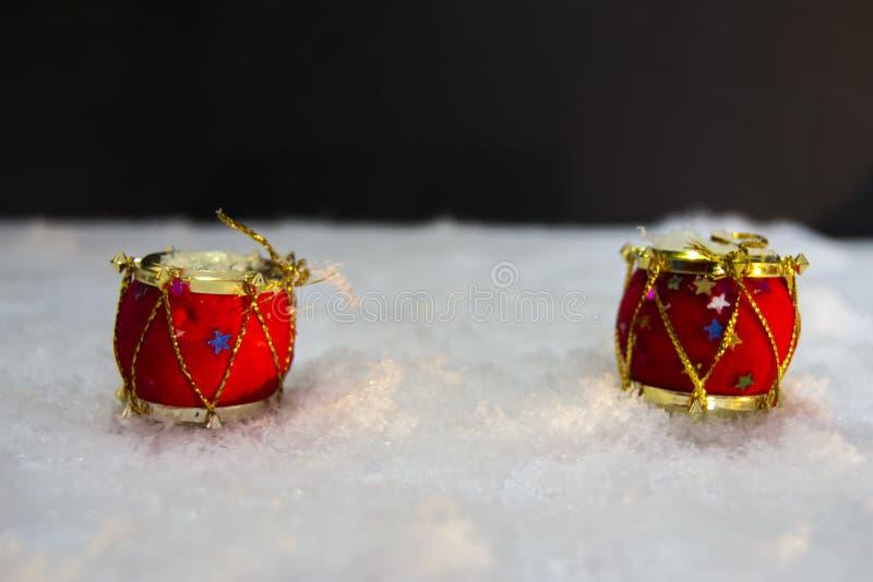 Dos pequeños tambores rojos para la decoración de la Navidad imagen de archivo