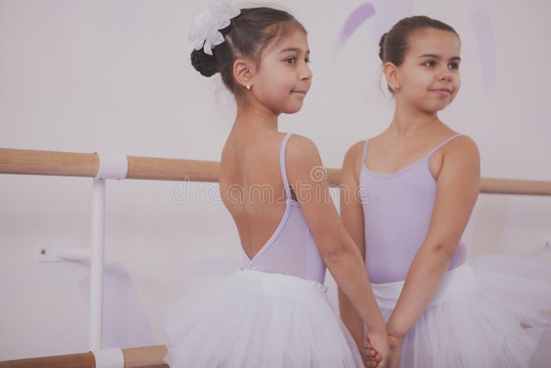 Dos peque?as bailarinas que hablan despu?s de la lecci?n de baile imágenes de archivo libres de regalías
