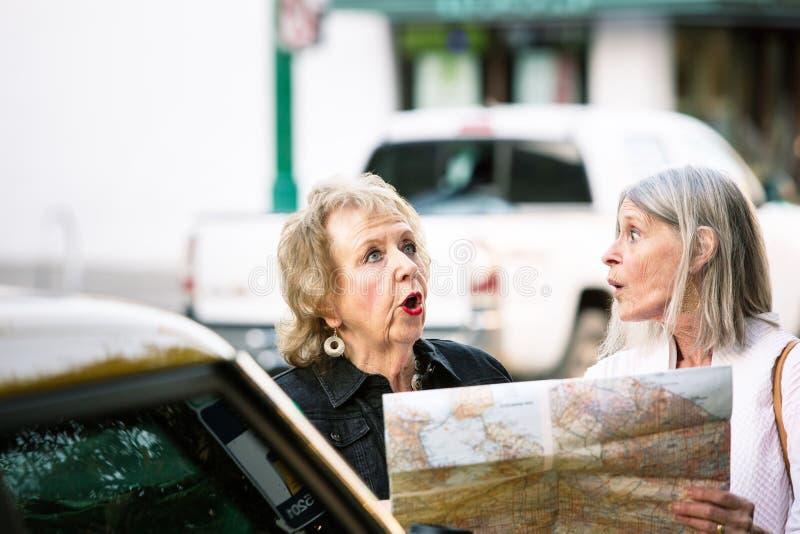 Dos perdieron a las mujeres mayores que comprobaban un mapa imagen de archivo