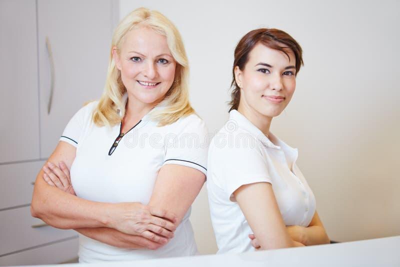 Dos personas de personal médico imagen de archivo libre de regalías
