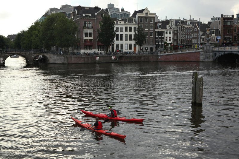 Dos personas en las canoas en el río de Amstel en Amsterdam imagenes de archivo