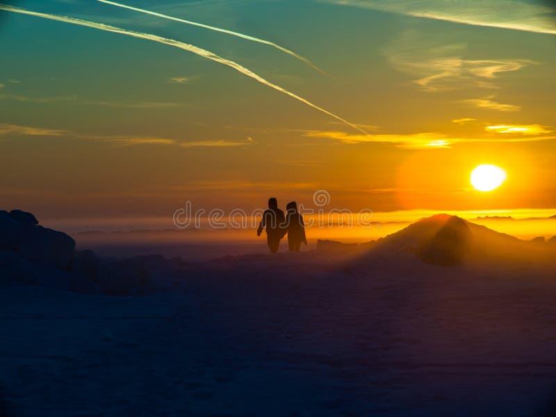 Dos personas están en la nieve fotos de archivo libres de regalías