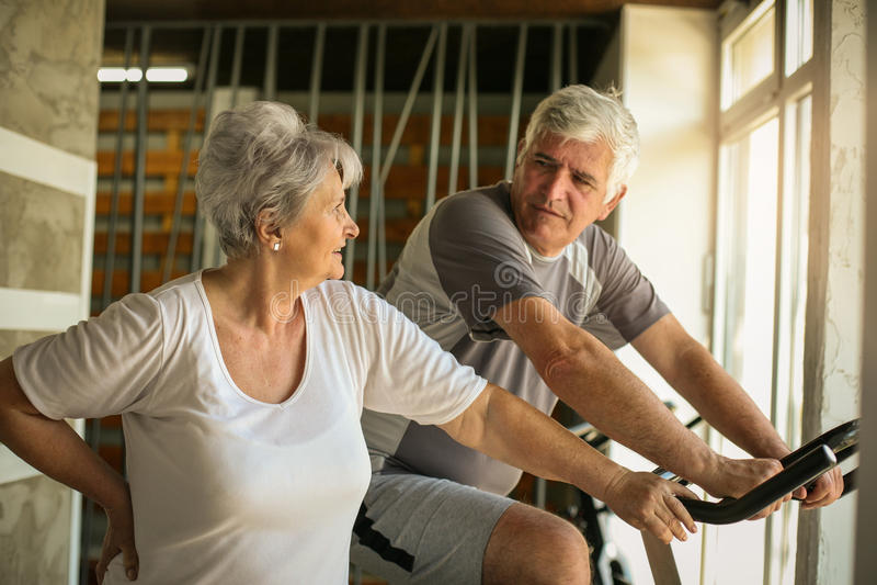 Dos personas mayores en el gimnasio imagenes de archivo