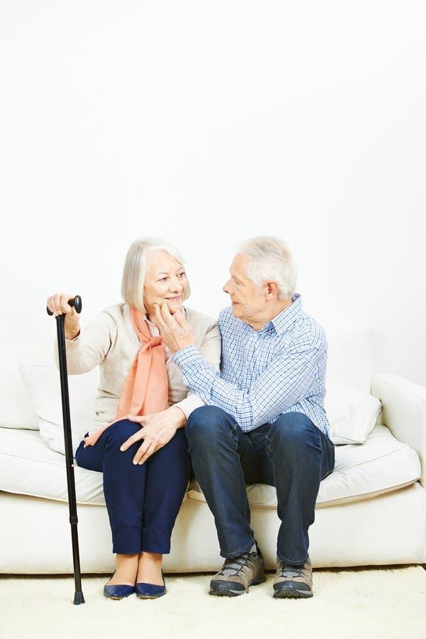 Dos personas mayores que se acarician foto de archivo libre de regalías