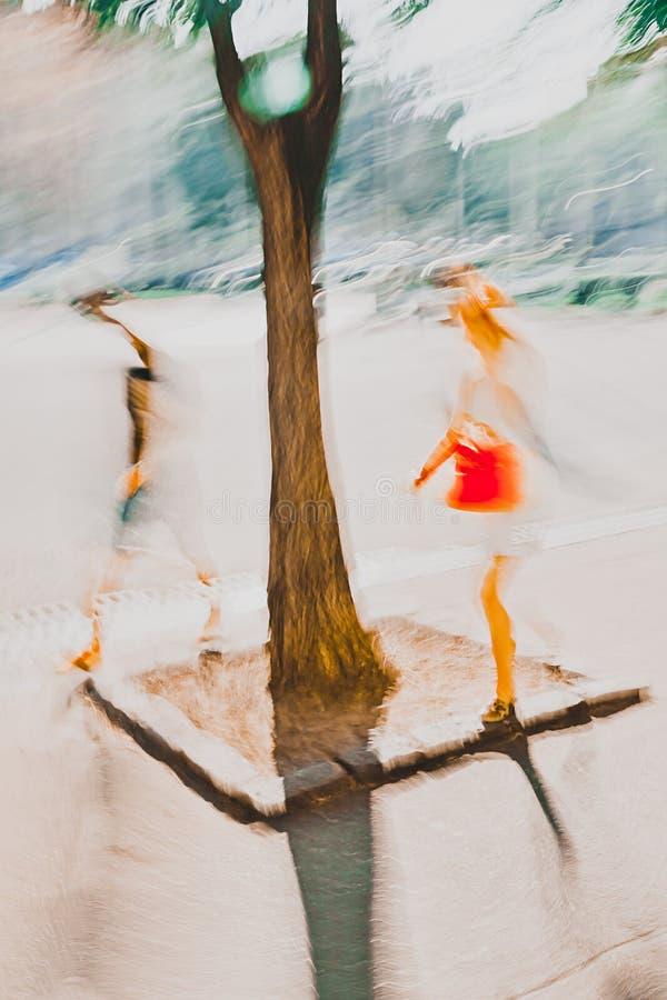 Dos personas que caminan en la ciudad, árbol los están dividiendo - fotografía del impresionismo del expresionismo abstracto foto de archivo libre de regalías