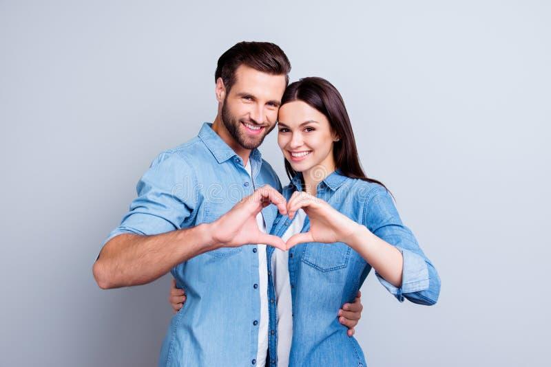 Dos personas sonrientes jovenes en la ropa informal que se abraza a fotografía de archivo libre de regalías
