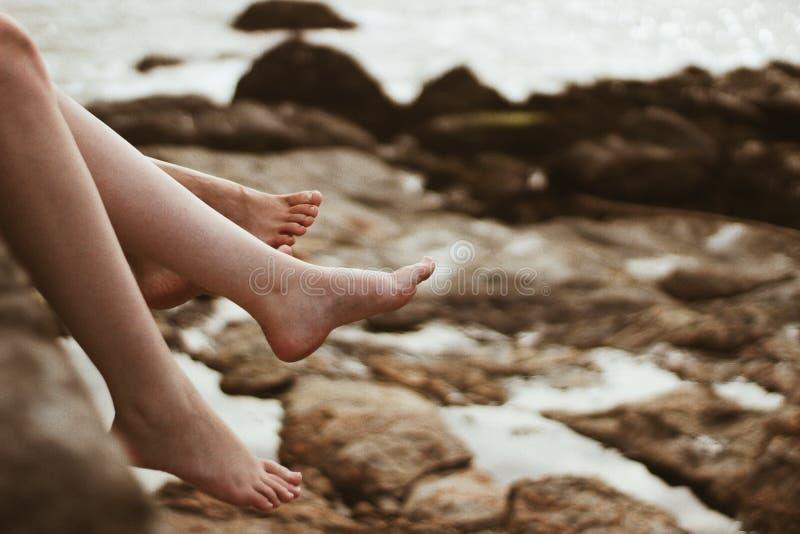 Dos pies en la playa fotografía de archivo