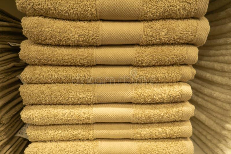 Dos pilas de toallas de baño coloridas con el jacinto florecen en fondo ligero Toallas del algodón de los colores en colores past fotografía de archivo libre de regalías