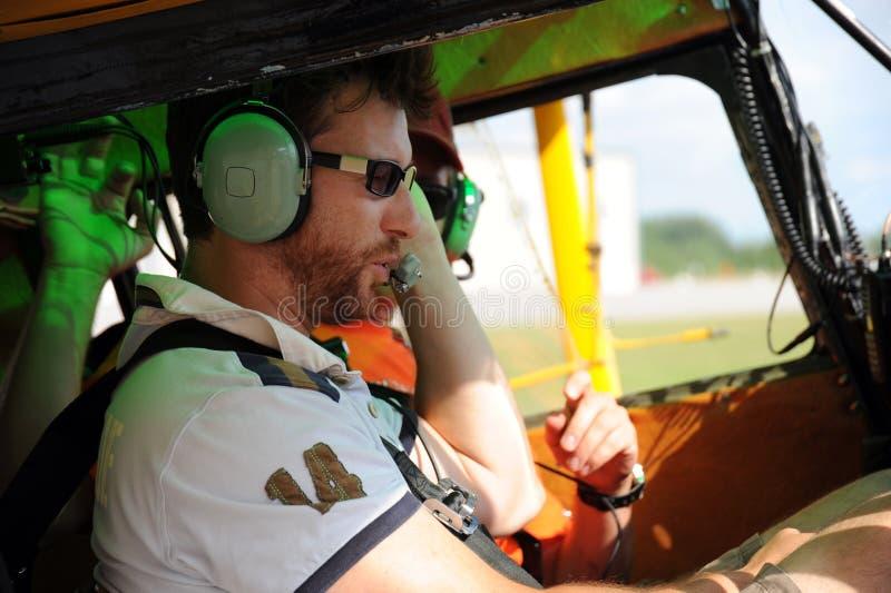 Dos pilotos que prueban la radio fotografía de archivo