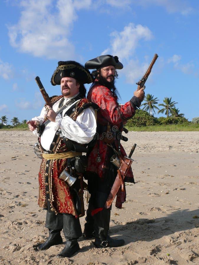 Dos piratas en duelo fotos de archivo