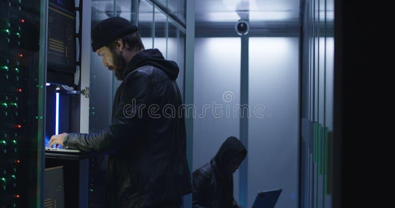 Dos piratas informáticos que comienzan un ataque en los servidores imágenes de archivo libres de regalías