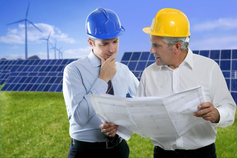 Dos placas solares del sombrero duro del plan del arquitecto del ingeniero fotos de archivo