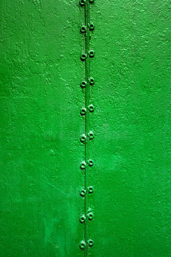 Dos porciones de metal oxidado viejo soldado con autógena por la soldadura y el verde pintado en vieja superficie áspera fotos de archivo libres de regalías