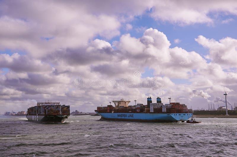 Dos portacontenedores grandes en el canal de Rotterdam fotografía de archivo