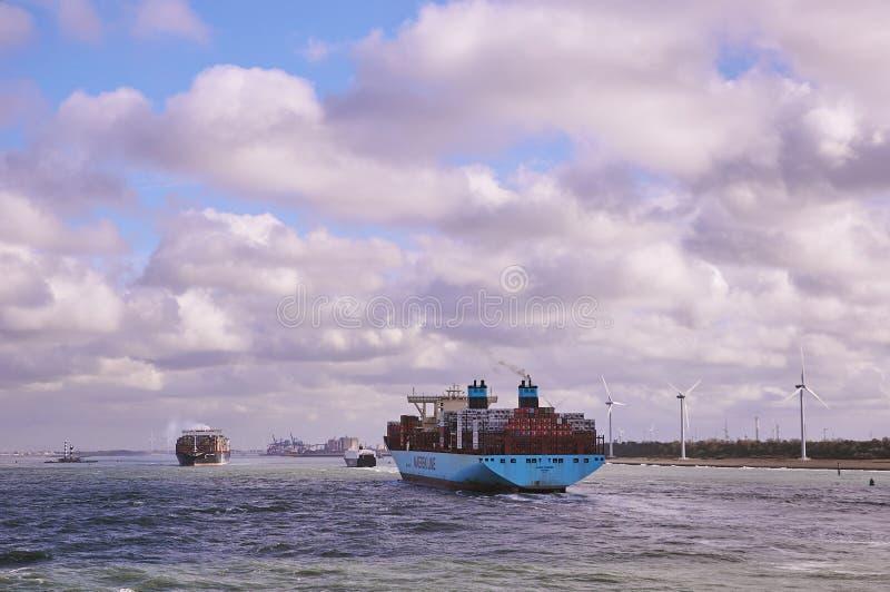 Dos portacontenedores grandes en el canal de Rotterdam foto de archivo