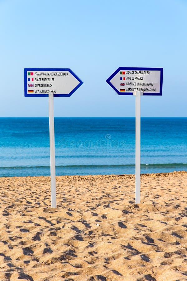 Dos postes indicadores que se colocan en la playa arenosa foto de archivo libre de regalías
