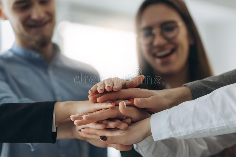 Dos povos das mãos trabalhos de equipe da parceria junto imagem de stock
