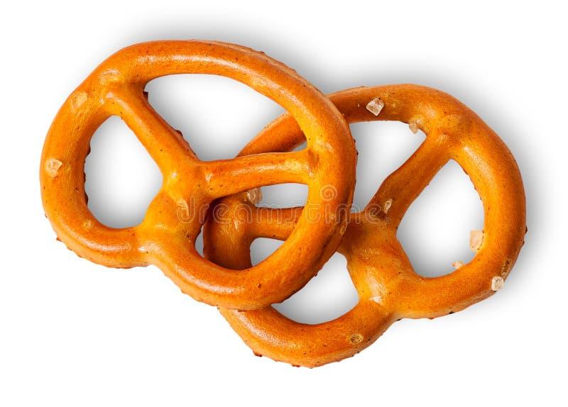 Dos pretzeles crujientes con la sal en uno a imagen de archivo