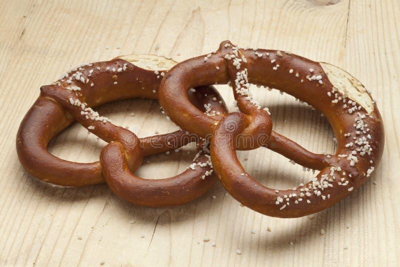 Dos pretzeles suaves frescos imagen de archivo