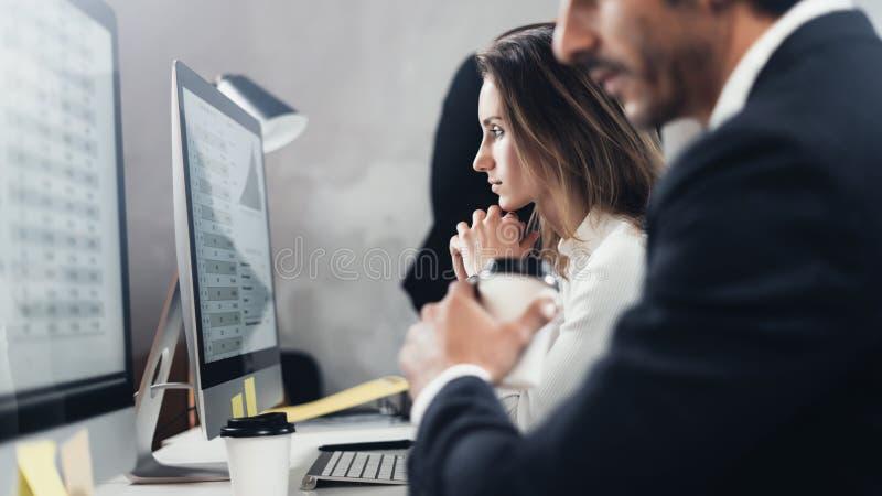 Dos profesionales jovenes del negocio que trabajan proceso en la oficina Los profesionales jovenes trabajan con proyecto del nuev foto de archivo