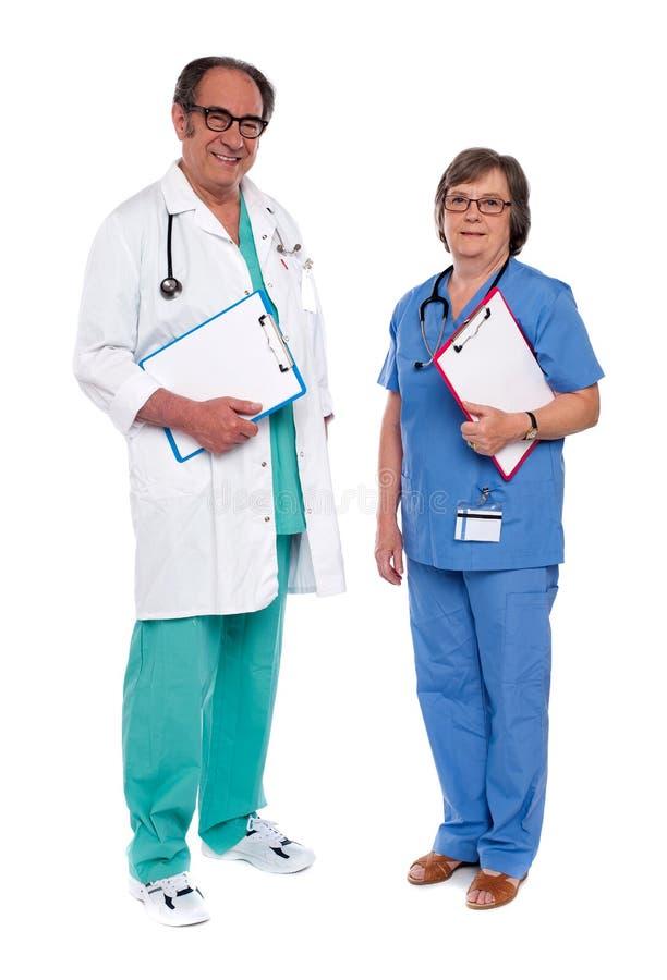 Dos profesionales médicos que se unen imágenes de archivo libres de regalías