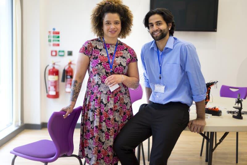 Dos profesores en una sala de clase fotografía de archivo