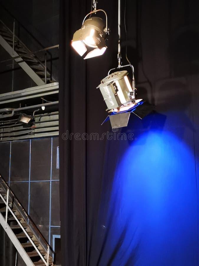 Dos proyectores - uno con un filtro azul foto de archivo