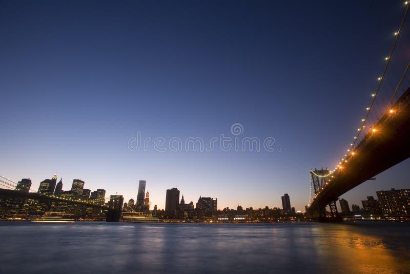 Dos puentes a la ciudad fotos de archivo