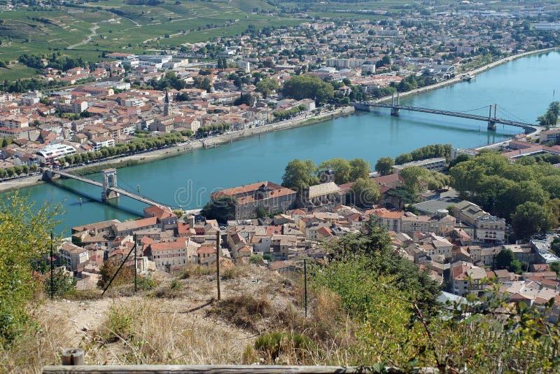Dos puentes sobre el río Rhone en Tournon-sur-Rhone imágenes de archivo libres de regalías