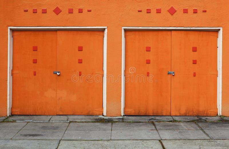 Dos puertas anaranjadas del garage foto de archivo libre de regalías