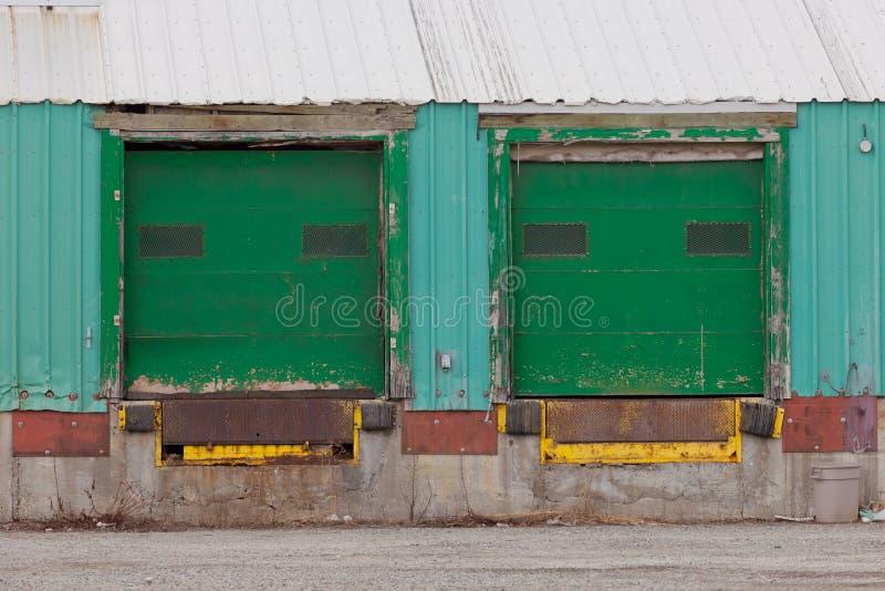 Dos rampas exteriores shuttered verdes de la puerta del cargamento imagenes de archivo