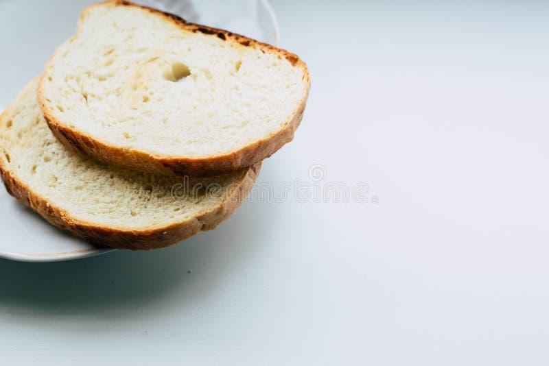 Dos rebanadas de pan blanco en una placa fotos de archivo libres de regalías